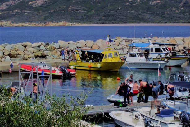 Hafen in Korsika mit Tauchern